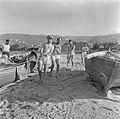 Nieuw aangekomen immigranten (oliem) worden omgeschoold tot vissers. Vissers in…, Bestanddeelnr 255-1586.jpg