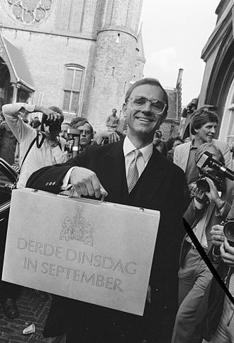 Prinsjesdag - Minister of Finance Onno Ruding carrying the budget briefcase, Prinsjedag 1983