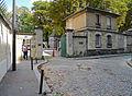 P1270333 Paris XX rue du Repos entree Pere Lachaise rwk.jpg