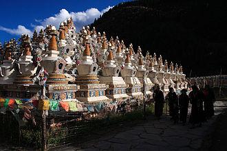 Xinlong County - Image: Pagoda at Larima, Xinlong