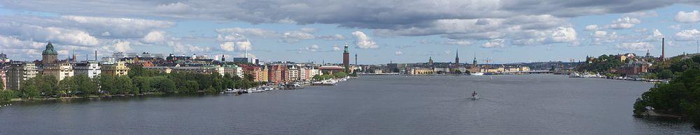 Panoramabillede over Ridderfærden mod øst, vy fra Västerbron, august 2011.   Til venstre ligger Kungsholmen, lige frem Riddersholmen og den Gamle by, til højre ses Södermalm.