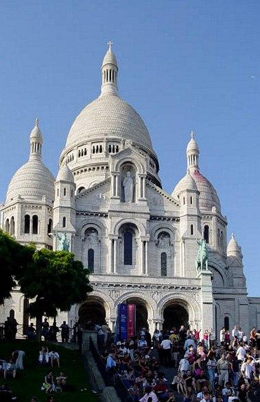 Paris 75018 Basilique du Sacré-Cœur south facade stairs 20041107 (1)