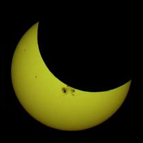 Partial solar eclipse Oct 23 2014 Minneapolis 5-36pm Ruen1.png