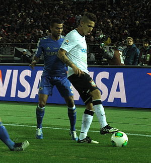 e9003d2f9a Paolo Guerrero e Ashley Cole na final da Copa do Mundo de Clubes de 2012.
