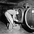 Plaatsen van een aftapkraan in een wijnvat in de kelder van Richard Scheid, Bestanddeelnr 254-4228.jpg