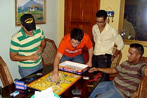 English: Playing the game RISK Español: Jugand...