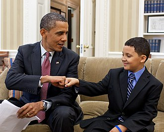 Fist bump - U.S. President Barack Obama fist-bumps Make-a-Wish child Diego Díaz