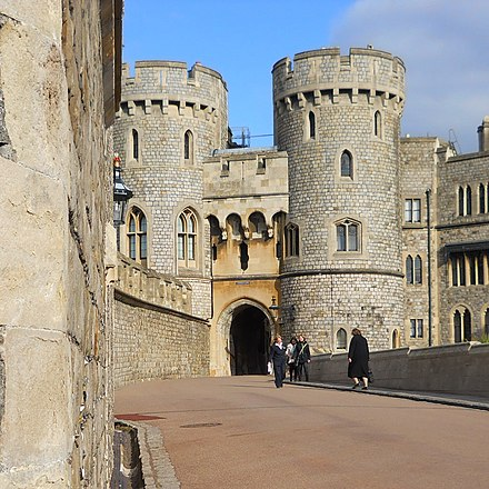 The Norman Gate, built by Edward III and remodelled in the 19th century Puerta normanda del castillo de Windsor.jpg