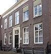foto van Pastorie. Regelmatig woonhuis, ingang in het midden gelegen met aan iedere zijde twee vensters