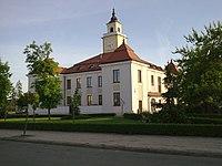Ratusz na Placu ks. Anny Mazowieckiej - widok od ulic. Sikorskiego - panoramio.jpg