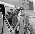 Reizigers verlaten via de trap het KLM passagiersvliegtuig de Convair C-240-4 me, Bestanddeelnr 252-1237.jpg