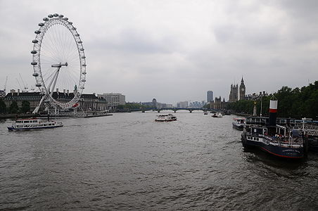 English: River Thames and the London Eye on a cloudy day, London, England.