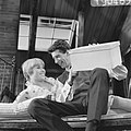Rudi Carrell TV-show, Rudi en Jenny Arean met kijkdoos, Bestanddeelnr 919-0483.jpg
