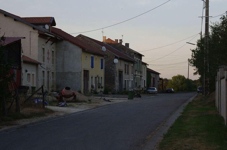 Lahayville im Department Meuse in Lothringen. Eine Straße im Ort.