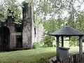 Ruines du château de Charles de Lorraine et fontaine à capia.jpg