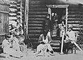 Russischer Photograph um 1890 - Hausarbeit - Schnitzen hölzerner Haushaltsgeräte, Spinnen, Weben, Holzdruck und Korbflechten (1) (Zeno Fotografie).jpg