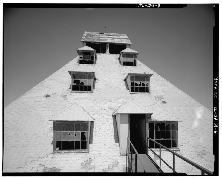 "File:SAND-SORTING BUILDING, VIEW OF SOUTH FACADE OF UPPER FOUR LEVELS OF ROOF (TAKEN FROM WALKWAY TO EXTERIOR ELEVATOR), LOOKING NORTH - Mill ""C"" Complex, Sand-Sorting Building, HAER ILL, 50-OTWA. V, 1A-6.tif"
