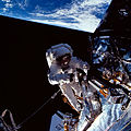 STS061-105-019 Musgrave EVA5.jpg