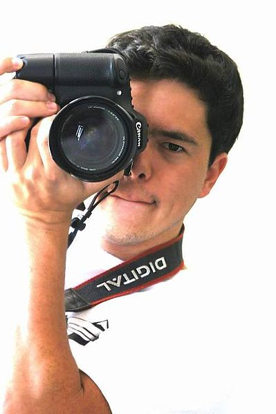 Plik:Self-portrait photograph with Canon digital SLR camera.jpg