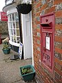 Shorwell- postbox № PO30 85, Farriers Way (geograph 3896802).jpg