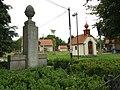 Skuhrov, Hatě, kaplička a památník.JPG
