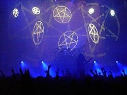 Pentagramas invertidos, símbolo de satanismo, durante un concierto de Slayer