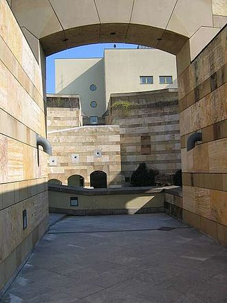 Neue Staatsgalerie - Pedestrian route through the external rotunda