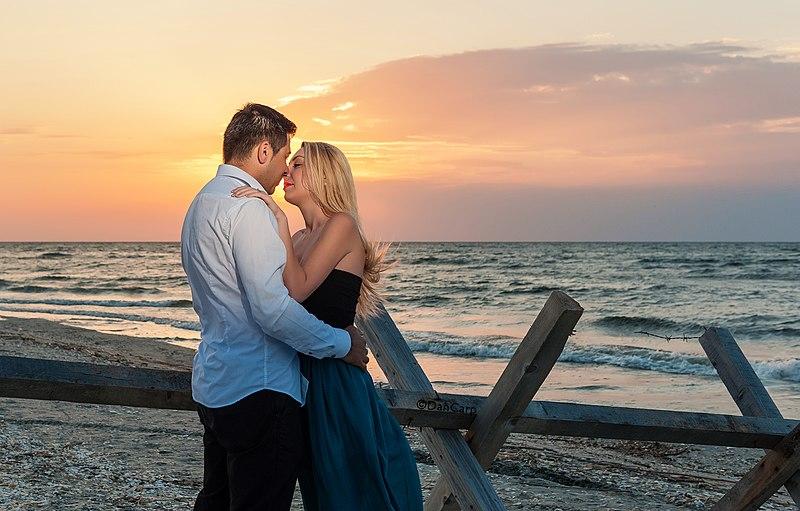 File:Sunrise kiss.jpg