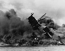 La USS Arizona (BB-39) brucia durante l'attacco giapponese a Pearl Harbor.