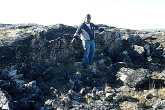 Thule people - Inuk pointing out Thule site, 1995
