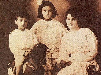 Tita Merello - Tita Merello in the center with her brother Pascual (left) and their mother, Ana (right)