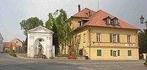 Trebivlice CZ Nepomuk chapel manor house 023.jpg