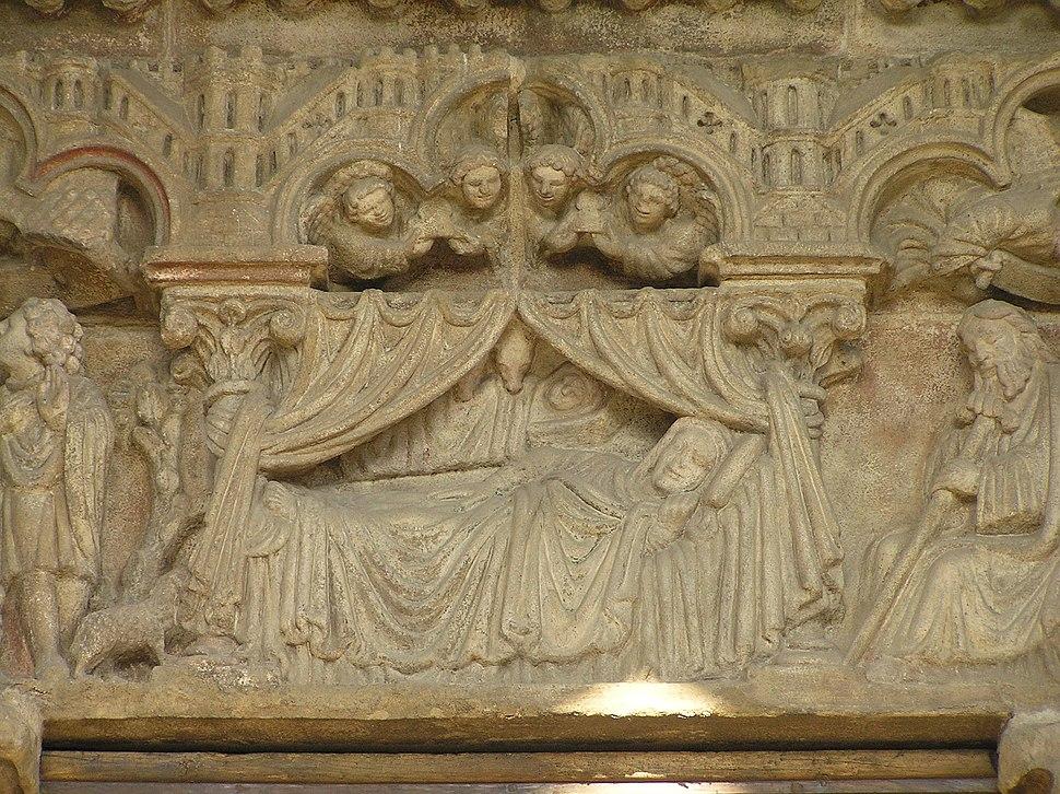 Detalle das esculturas policromadas do pórtico.