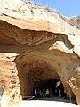 Turisti al sito archeologico di Cuma.jpg