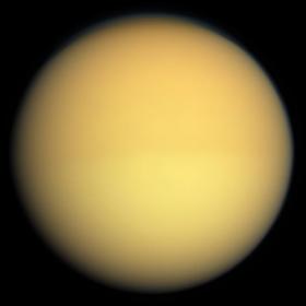 Titan im sichtbaren Licht, aufgenommen aus einer Entfernung von 174.000km durch die Raumsonde Cassini, 2009