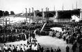 Uroczystości w Warszawie – kondukt wyruszający z przystani przy Trzecim. Ze zbiorów Muzeum Historycznego Miasta Krakowa.png