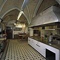 Vertrek S.08 (nieuwe keuken) Interieur, keuken, zicht op toegangsdeur vanuit vertrek S.03 en kookeiland - Haarzuilens - 20381163 - RCE.jpg