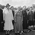 Vrouwen staan aangetreden op een appelplaats, Bestanddeelnr 900-4808.jpg