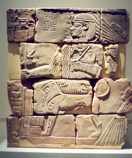 Archivo:Wall of Meroe Pyramid chapel Amanitenmomide Dez2005.jpg