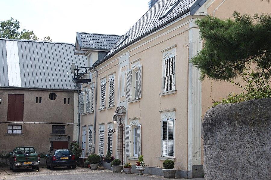 8 rue du Château zu Weiler-zum-Tuerm; Gebaier vum ale Schlass, den Tuerm abegraff de 26. Februar 2010 als nationaalt Monument klasséiert.