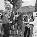 Wereld Dierendag 1965, de paarden krijgen eten bij Hilton-hotel van Ada Kok , de, Bestanddeelnr 918-2697.jpg
