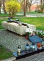 Wrocław-Brochów, kościół św. Jerzego Męczennika i Podwyższenia Krzyża Świętego, plac kościelny, grób ks. Kazimierza Malinosia.jpg