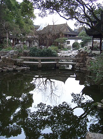 Yu Garden - Image: Yuyuan Gardens water reflection