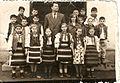 Învățătorul Mazilu Constantin, împreună cu elevii, prin 1960.jpg