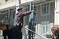 Вадим Панкратов возлагает цветы о монетизации льгот к зданию Екатеринбургского метрополитена 26 мая 2019 года.jpg