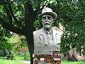 Пам'ятник біля палацу.jpg