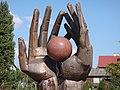 Руки Марии Кюри держат первый кусок радия - panoramio.jpg