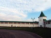 Стены с шестью башнями и стена внутри Николо-Пешношского монастыря.jpg