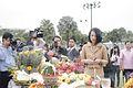 ผศ.ดร.ทพญ.พิมพ์เพ็ญ เวชชาชีวะ คณะรัฐบาลจะทำบุญ 5 ศาสน - Flickr - Abhisit Vejjajiva (2).jpg