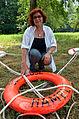 002q07g Pressekonferenz WasserKunst Zwischen Deich und Teich, Elena Glazunova in ihrer Installation VERNETZTE RETTUNG mit einem Rettungsring der Schleuse Hameln im Park vom Edelhof Ricklingen in Hannover.jpg